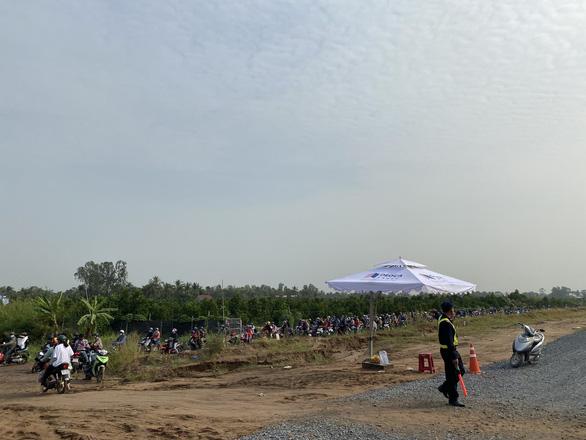 Quốc lộ 1 kẹt xe, xe cộ hỗn loạn chạy vào cao tốc Trung Lương - Mỹ Thuận - Ảnh 3.