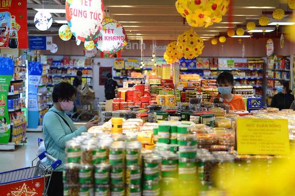Người dân bắt đầu mua thực phẩm Tết - Ảnh 1.