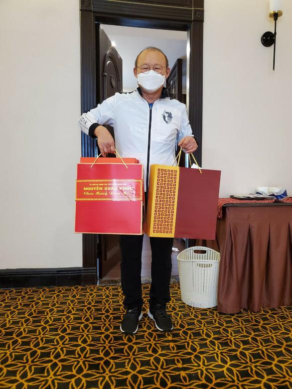 HLV Park Hang Seo nhận quà Tết của Thủ tướng Nguyễn Xuân Phúc trong khu cách ly - Ảnh 1.