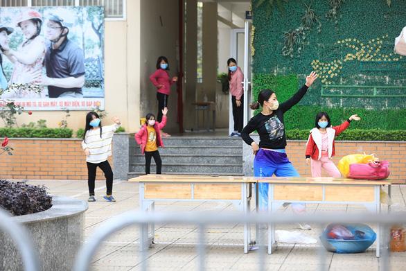 Tết đã đến với trẻ cách ly ở Xuân Phương - Ảnh 2.