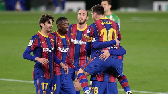 Vừa vào sân từ ghế dự bị Messi ghi bàn giúp Barca thoát nạn - Ảnh 1.