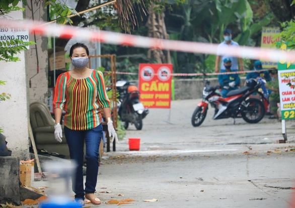 4 nhân viên sân bay Tân Sơn Nhất nhiễm COVID-19 tiếp xúc với 128 người - Ảnh 1.