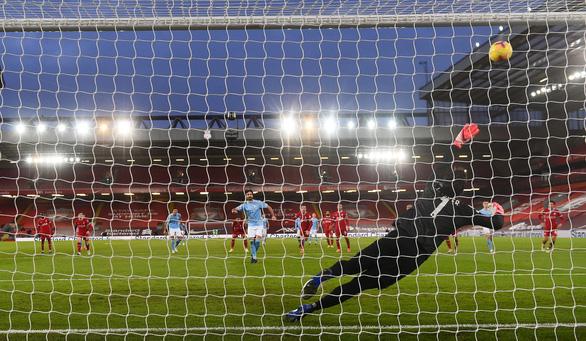 Alisson mắc sai lầm, Liverpool thảm bại trước Man City - Ảnh 1.