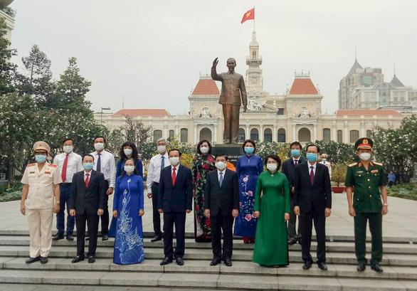 Lãnh đạo TP.HCM dâng hương tưởng niệm anh hùng, liệt sĩ Tết Tân Sửu 2021 - Ảnh 3.