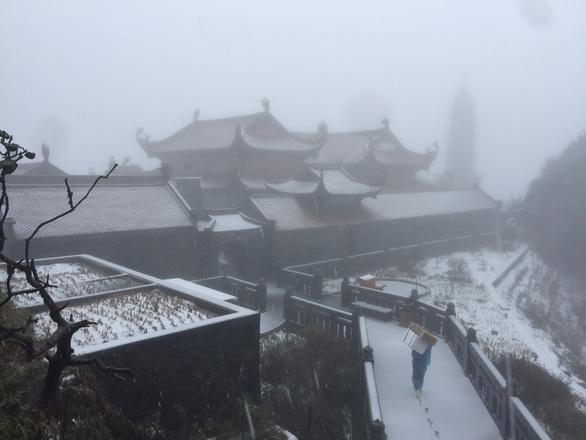 Xuất hiện mưa tuyết hiếm gặp trên đỉnh Fansipan, mưa đá ở Lai Châu - Ảnh 6.