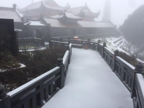 Xuất hiện mưa tuyết hiếm gặp trên đỉnh Fansipan, mưa đá ở Lai Châu - Ảnh 2.