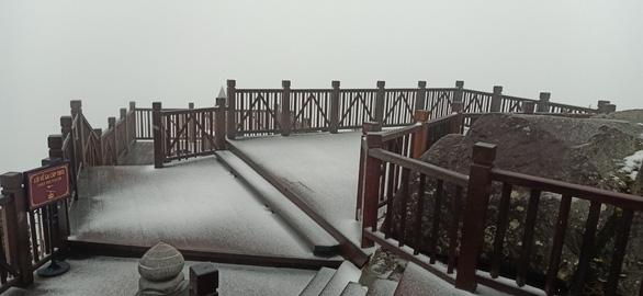 Xuất hiện mưa tuyết hiếm gặp trên đỉnh Fansipan, mưa đá ở Lai Châu - Ảnh 4.