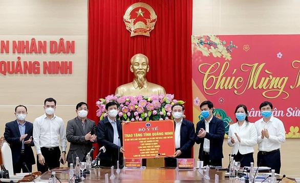 Quảng Ninh tuyên bố mua vắc xin ngừa COVID-19 tiêm cho người dân toàn tỉnh - Ảnh 1.