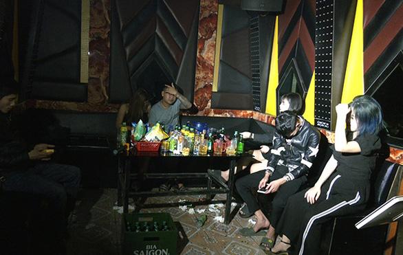 Hải Dương tập trung chống dịch, quán karaoke vẫn cố hát chui - Ảnh 1.
