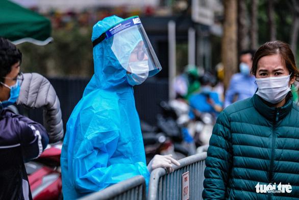 Hà Nội phong tỏa hai tòa nhà 1.200 dân liên quan tới ca nhiễm COVID-19 - Ảnh 4.