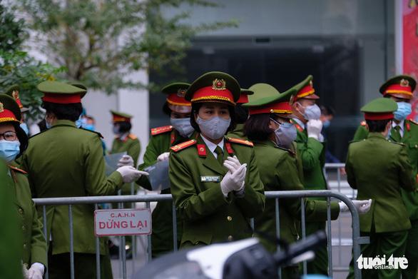 Hà Nội phong tỏa hai tòa nhà 1.200 dân liên quan tới ca nhiễm COVID-19 - Ảnh 6.