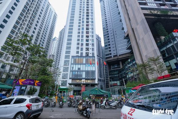 Hà Nội phong tỏa hai tòa nhà 1.200 dân liên quan tới ca nhiễm COVID-19 - Ảnh 2.