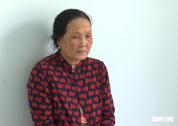 Khởi tố, bắt tạm giam người phụ nữ 62 tuổi giật dây chuyền vàng của bé 2 tuổi - Ảnh 1.