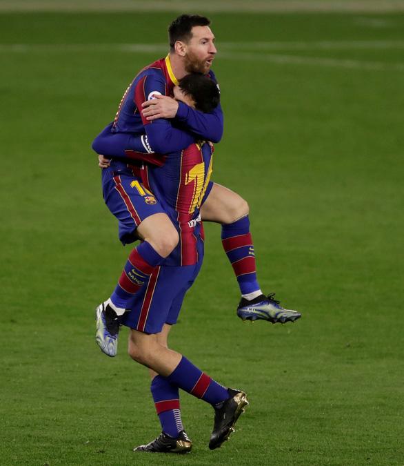 Vừa vào sân từ ghế dự bị Messi ghi bàn giúp Barca thoát nạn - Ảnh 3.