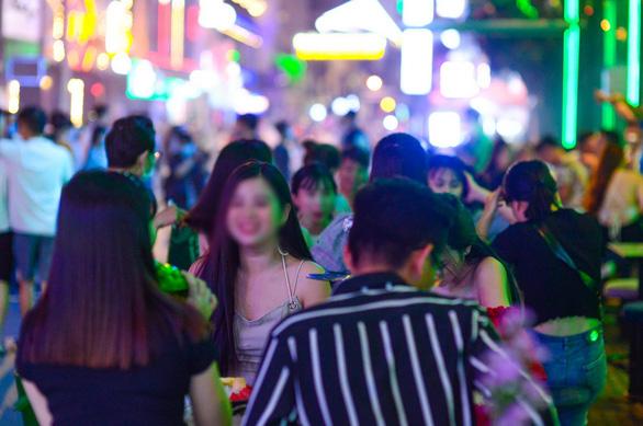 TP.HCM dừng quán nhậu, karaoke, bar, vũ trường, rạp phim từ 12h trưa 9-2 - Ảnh 1.