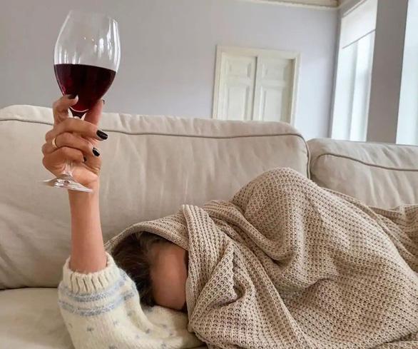 Uống rượu vang có thể ngừa COVID-19? - Ảnh 2.