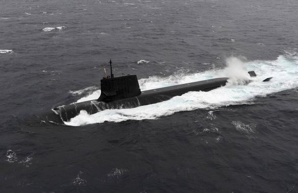 Tàu ngầm Nhật nổi lên đụng tàu thương mại, 3 thủy thủ bị thương - Ảnh 1.