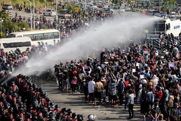 Myanmar: Sư sãi tham gia biểu tình, cảnh sát cảnh báo trấn áp - Ảnh 1.