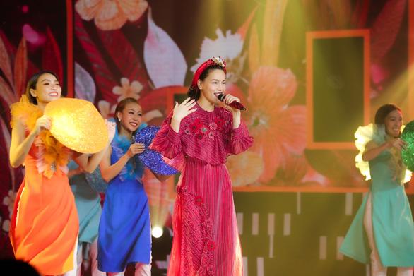 Hoàng Thùy Linh, Văn Mai Hương cùng 40 văn nghệ sĩ hát nhạc xuân đón giao thừa - Ảnh 2.