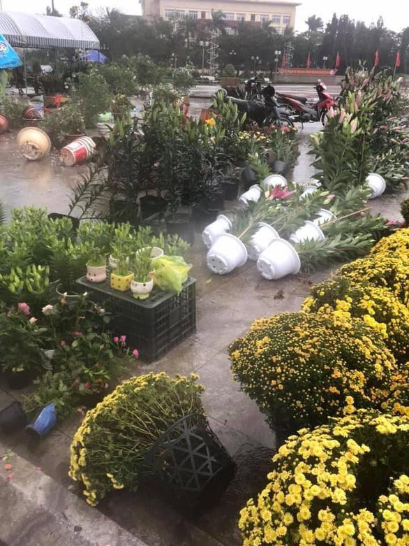 Mưa lớn ngày 28 Tết, hoa kiểng chợ hoa ngã đổ, tiểu thương như ngồi trên lửa - Ảnh 2.