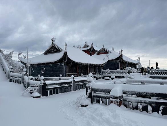 Vì sao đỉnh Fansipan có mưa tuyết dày đặc ngày giáp Tết? - Ảnh 1.