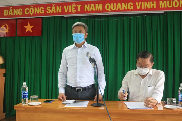 Thứ trưởng Bộ Y tế yêu cầu xét nghiệm kháng thể thật nhanh nhóm nhân viên bốc xếp ở sân bay - Ảnh 1.