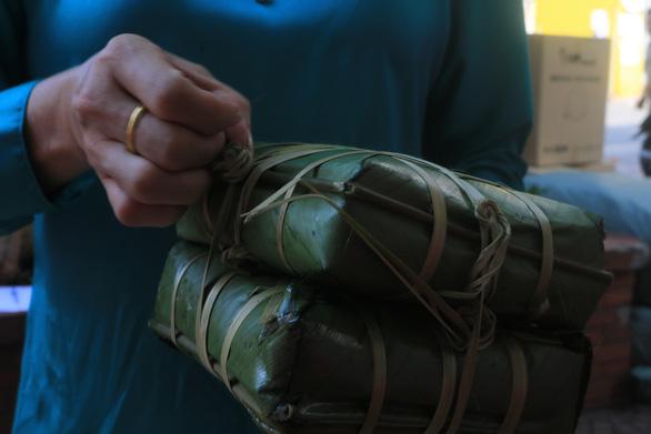 Bánh chưng, gạo, mì gói đổ vào tiếp tế cư dân khu Mả Lạng ăn Tết - Ảnh 2.