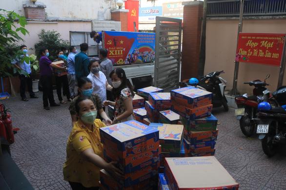 Bánh chưng, gạo, mì gói đổ vào tiếp tế cư dân khu Mả Lạng ăn Tết - Ảnh 4.