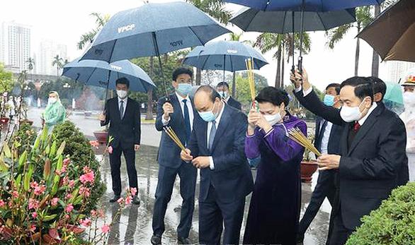 Lãnh đạo Đảng, Nhà nước vào lăng viếng Chủ tịch Hồ Chí Minh nhân dịp Tết Tân Sửu - Ảnh 1.