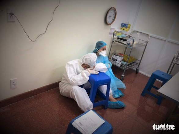 Nhân viên y tế thức trắng đêm xét nghiệm COVID-19 cho... nhân viên y tế - Ảnh 9.