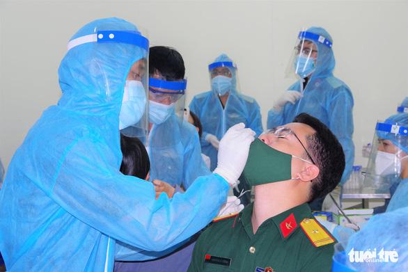Nhân viên y tế thức trắng đêm xét nghiệm COVID-19 cho... nhân viên y tế - Ảnh 2.