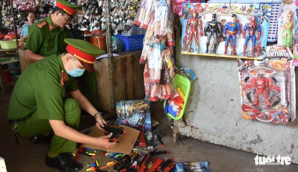 Thu hồi hơn 7.000 que pháo và hàng trăm đồ chơi nguy hiểm tại Tiền Giang - Ảnh 2.