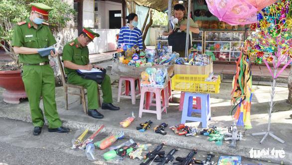 Thu hồi hơn 7.000 que pháo và hàng trăm đồ chơi nguy hiểm tại Tiền Giang - Ảnh 1.