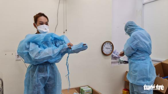 Nhân viên y tế thức trắng đêm xét nghiệm COVID-19 cho... nhân viên y tế - Ảnh 6.
