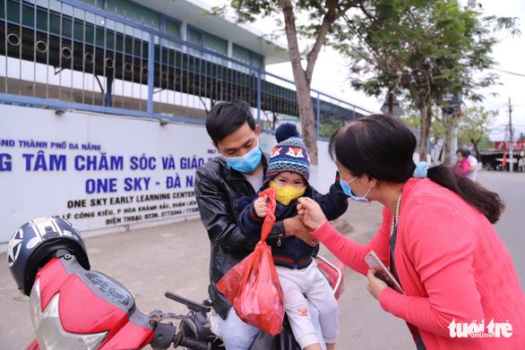 28 tết, trường quốc tế tự nguyện mở cửa giữ trẻ cho công nhân - Ảnh 3.