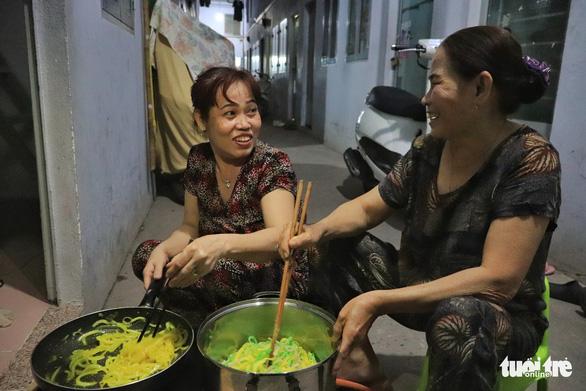 Phải hít thật sâu mới dám nói Ba mẹ ơi, năm nay con ăn Tết ở Sài Gòn - Ảnh 9.