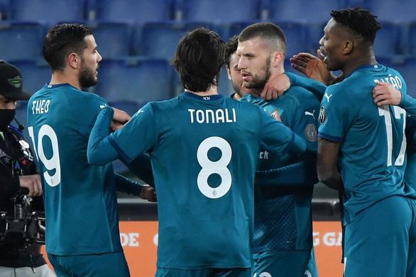 Ibrahimovic tịt ngòi, AC Milan vẫn giành trọn 3 điểm trước Roma - Ảnh 1.