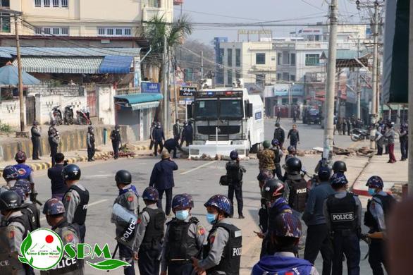 Người Myanmar tràn xuống đường sau vụ quân đội xả súng vào người biểu tình - Ảnh 6.