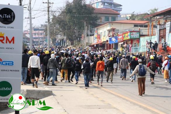 Người Myanmar tràn xuống đường sau vụ quân đội xả súng vào người biểu tình - Ảnh 2.