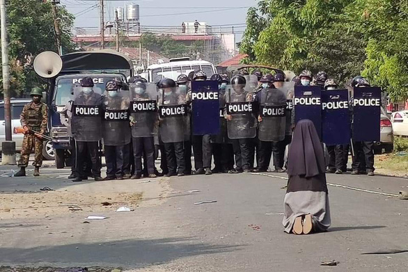 Nữ tu quỳ xin cảnh sát Myanmar ngừng trấn áp người biểu tình - Ảnh 1.