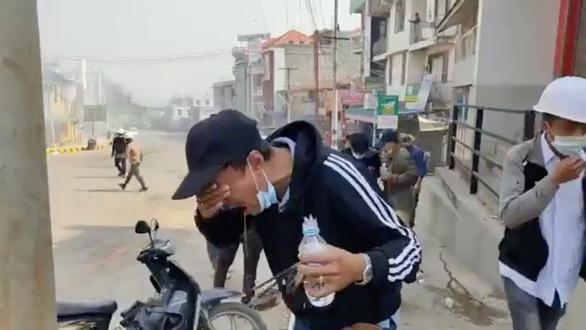 Người Myanmar tràn xuống đường sau vụ quân đội xả súng vào người biểu tình - Ảnh 3.