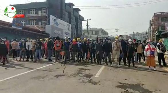 Người Myanmar tràn xuống đường sau vụ quân đội xả súng vào người biểu tình - Ảnh 1.