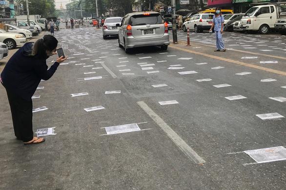 Người Myanmar tràn xuống đường sau vụ quân đội xả súng vào người biểu tình - Ảnh 7.