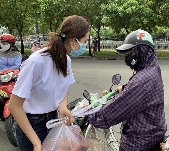Kiều Loan, Thúy An, Phương Anh... bán nông sản 0 đồng chia sẻ cùng nông dân Hải Dương - Ảnh 1.