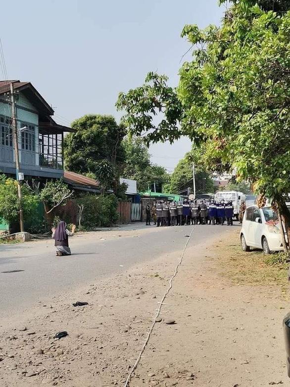 Nữ tu quỳ xin cảnh sát Myanmar ngừng trấn áp người biểu tình - Ảnh 3.