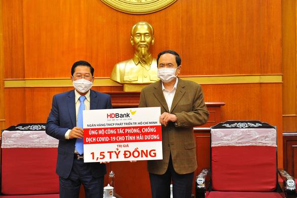 HDBank trao 1,5 tỉ đồng hỗ trợ tỉnh Hải Dương phòng chống dịch COVID-19 - Ảnh 1.