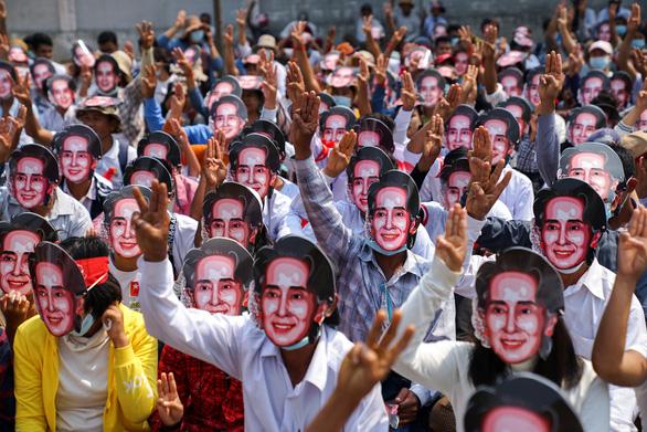 Bà Suu Kyi xuất hiện tại tòa, trông khỏe mạnh dù có vẻ giảm cân một chút - Ảnh 1.
