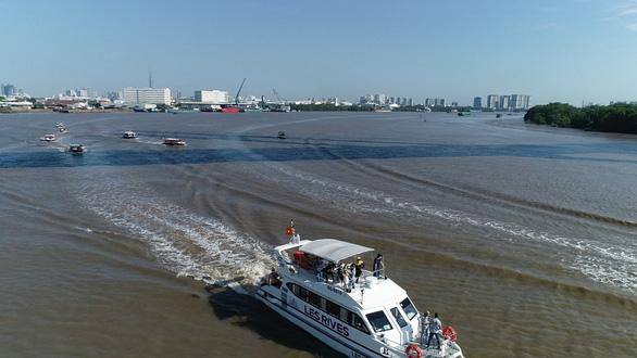Ấn tượng với tour trải nghiệm đường sông tham quan biệt thự mẫu đô thị đảo Phượng Hoàng - Ảnh 2.