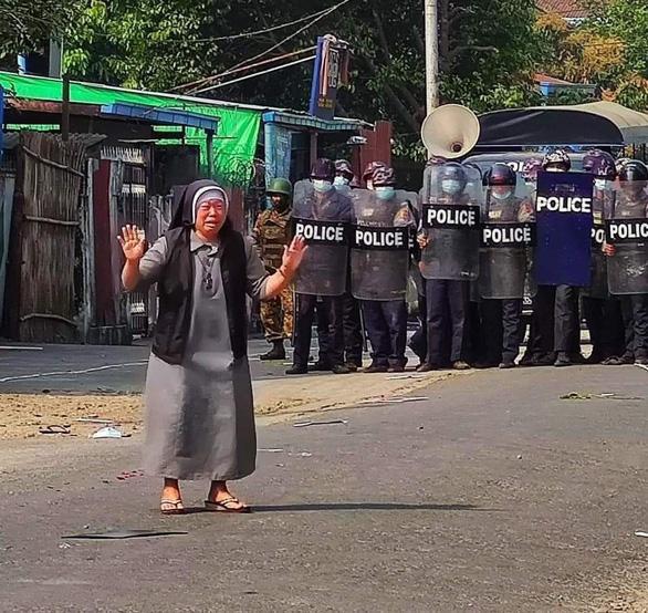 Nữ tu quỳ xin cảnh sát Myanmar ngừng trấn áp người biểu tình - Ảnh 2.