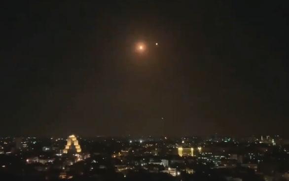 Syria bắn hạ một loạt tên lửa dồn dập nhắm vào thủ đô Damascus - Ảnh 1.